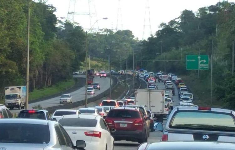 Hundimiento de la vía agrava tráfico hacia la ciudad