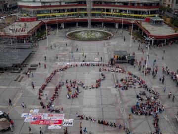 Chavistas festejan el cumpleaños 56 de Maduro con una pizarra humana