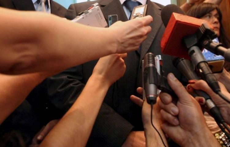 Condenan a ex ministro por ofender a dos periodistas al llamarlas prostitutas