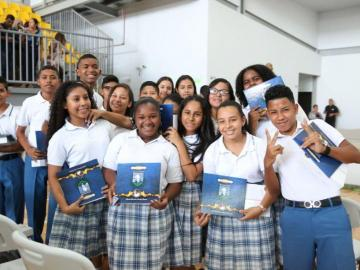 Primeros graduados de escuela bilingüe