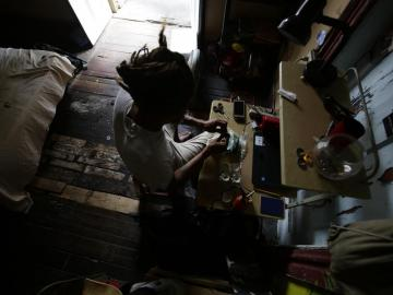 El rastafari panameño que ayuda a niños autistas a encontrarse con el mar