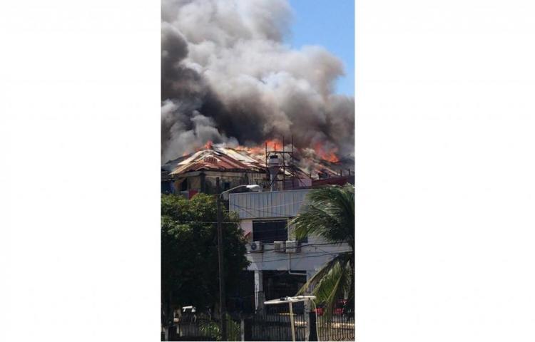 Reportan incendio en viejo caserón entre calle 11 y 12 de Colón