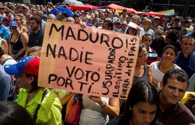 Cientos de personas opositoras al Gobierno se reúnen hoy, en el este de Caracas
