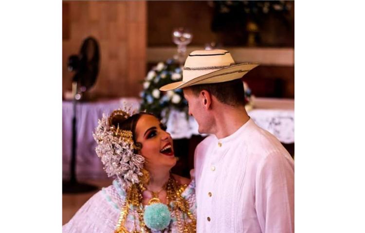 Martyna y Jakub, los polacos que se casaron en Chitré, se vistieron de típico
