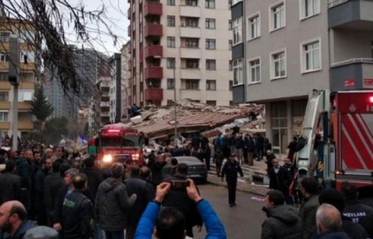 Colapso de edificio de apartamentos deja 1 muerto y 4 atrapados en Estambul