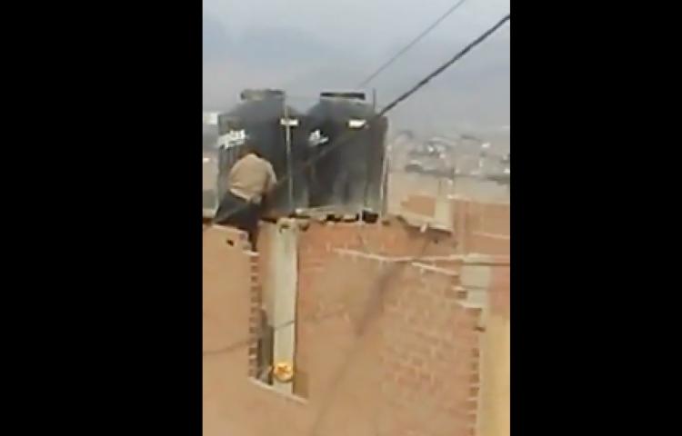 Mujer detenida en Lima por encerrar a hijas menores en tanque de agua