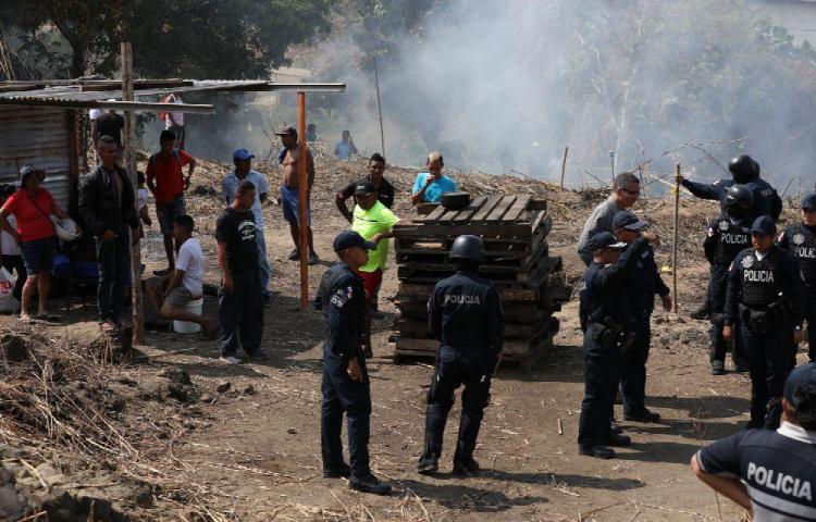 Querían vivir en tierra ajena, pero los policías los desalojaron