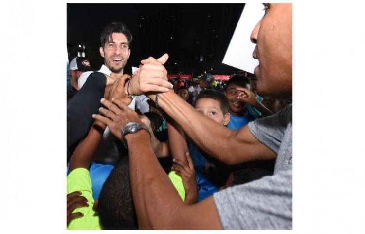 Exceso de cariño hace caer a Penedo en inauguración de liga de fútbol