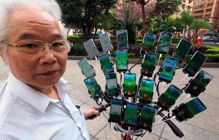 'El Tío Pokémon', un taiwanés que atrapa criaturas con 24 móviles en su bici
