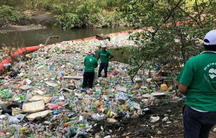 Grandes cantidades de plástico inundan los ríos y quebradas de la ciudad