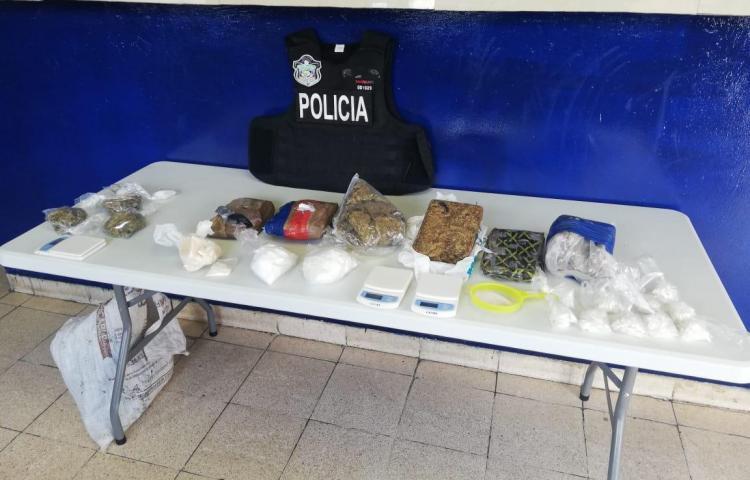 Decomisan droga, pesas, colador y chaleco antibalas en operativo en Las Mañanitas