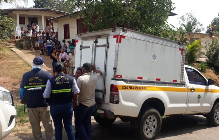 Un hombre fue encontrado muerto en el patio de su casa