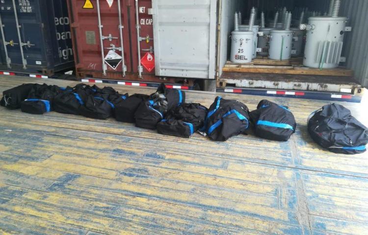 Decomisan 300 paquetes de drogadentro de un contenedor en Colón
