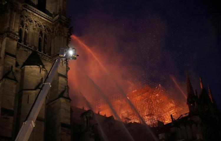 Macron promete reconstruir Notre Dame y dice que se ha evitado lo peor