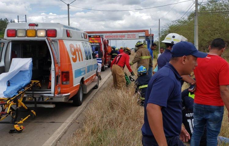 Cuatro heridos tras vuelco de un auto en El Roble de Aguadulce