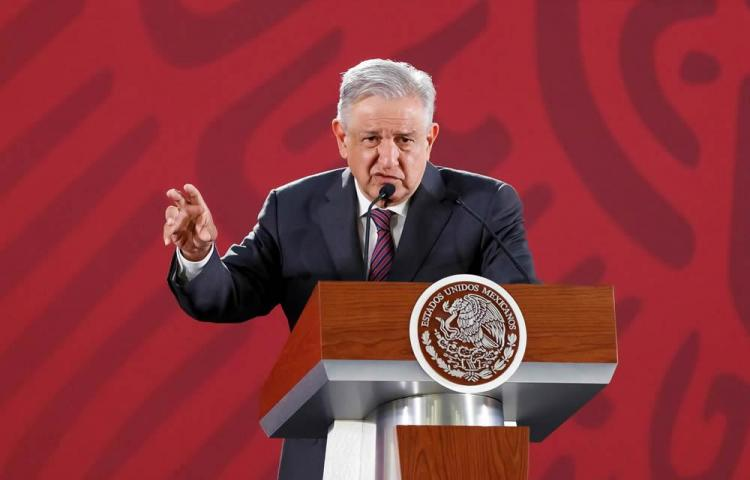 Presidente de México arremete contra un periódico y contra bots de internet