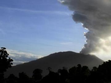 "Volcán Turrialba de Costa Rica registra ""pequeña"" erupción con ceniza"