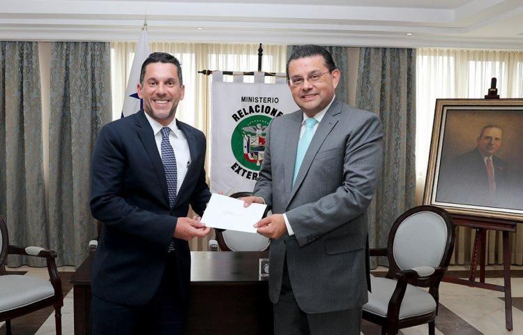 Panamá recibe copias credenciales del nuevo embajador de Perú