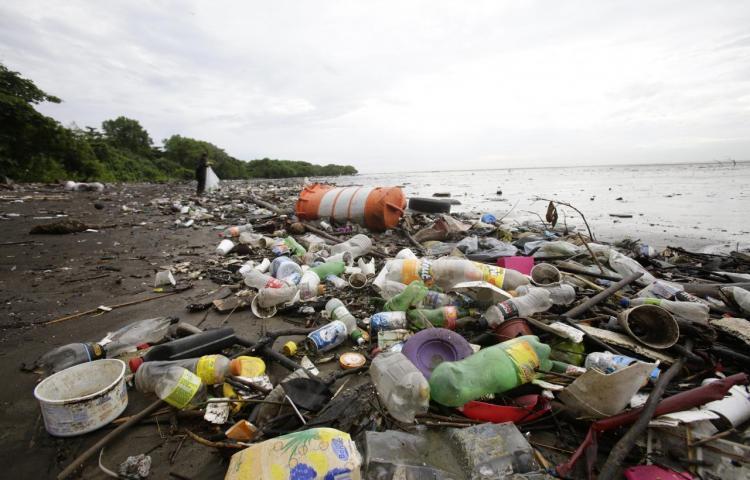 Alcanzan acuerdo internacional que restringe exportación desechos plásticos