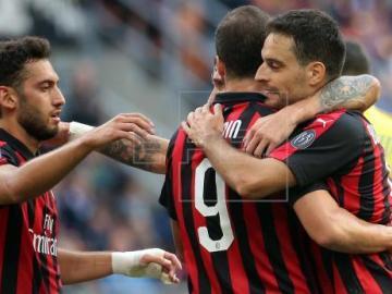 El Milan gana en Florencia y sigue en la pelea por la 'Champions'