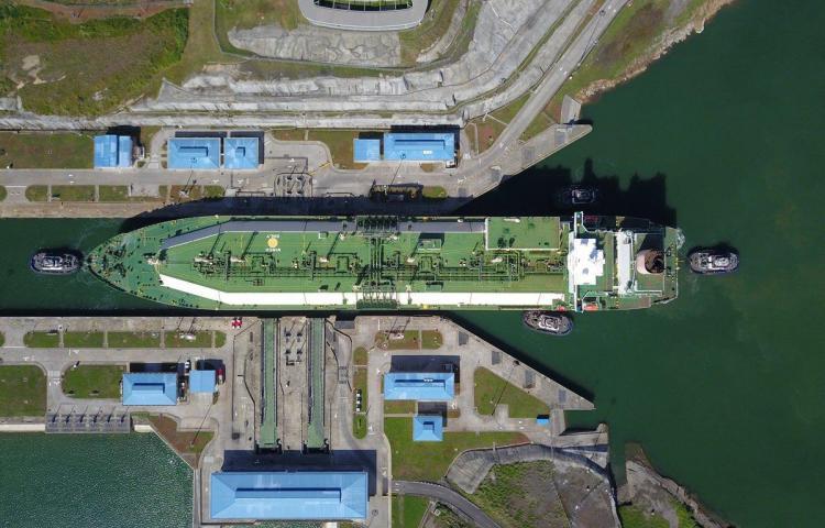 El segundo buque de GNL más grande del mundo cruza el canal de Panamá