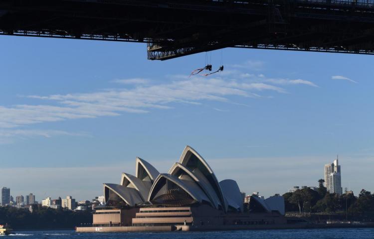 Activistas de Greenpeace escalan el puente de Sídney por el cambio climático