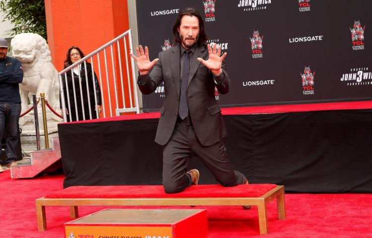Keanu Reeves inmortaliza sus huellas y firma en Hollywood