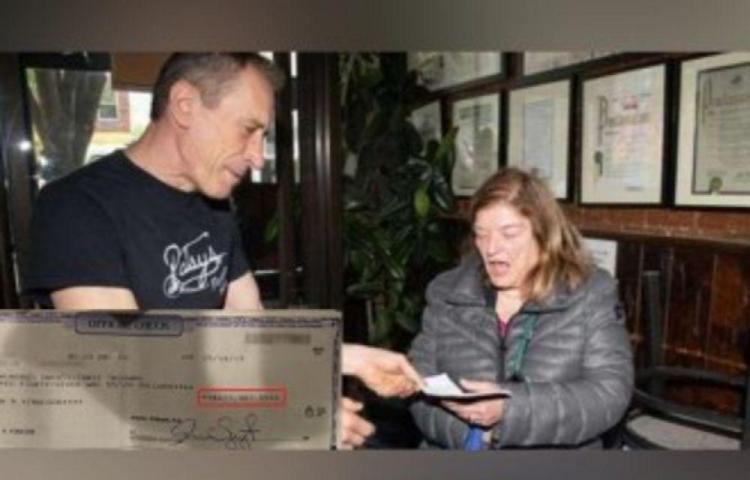 Camarero de una pizzería de Nueva York devuelve un cheque de $424.000