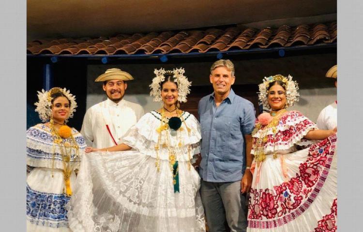 Montero dice que la pollera panameña es el traje típico más bello del mundo