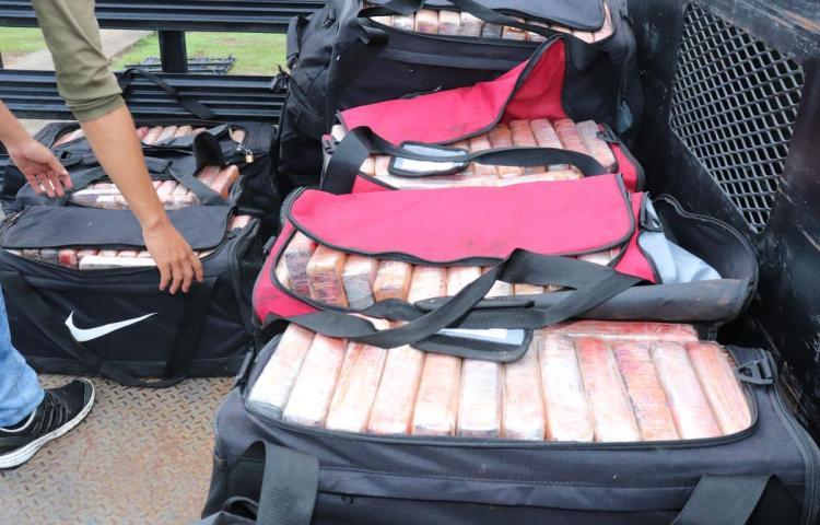 Encuentran 46 maletines con droga dentro de un contenedor en Colón