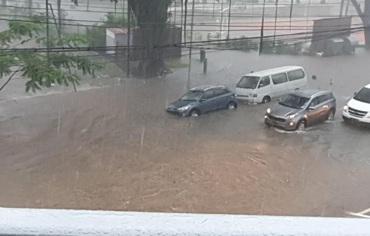 Lluvia deja inundaciones en diversas partes de la ciudad capital