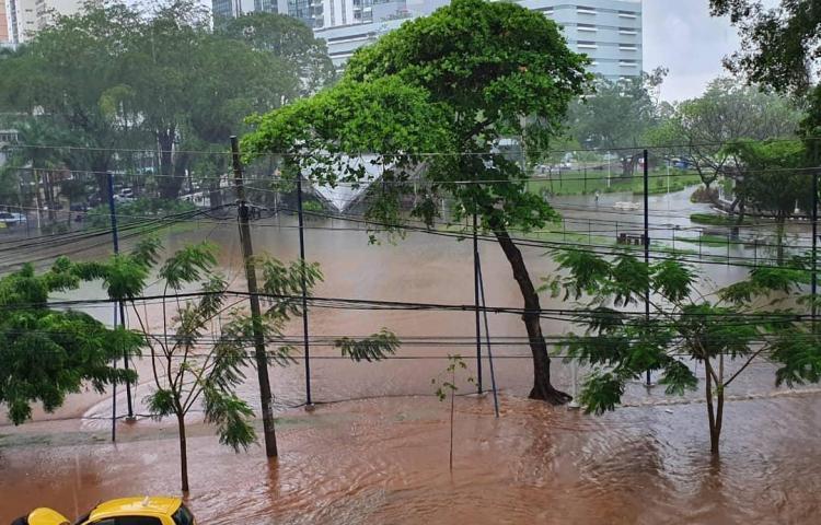Aguacero de provoca inundaciones en varios puntos de la ciudad