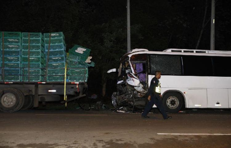Busero se estrelló contra un camión de pollos