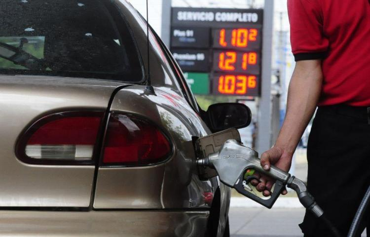 Gasolina baja dos centavos desde el viernes