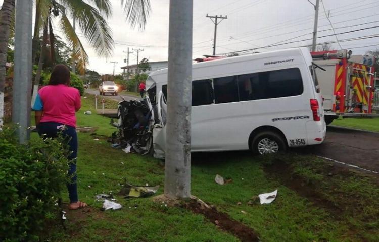 Busito rebasó otro auto y dos murieron