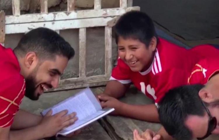 Empresario construirá casa y escuela a niño que estudiaba en la calle