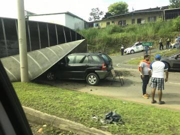 Vehículo se vuelca y queda encima de una camioneta en Villa Grecia