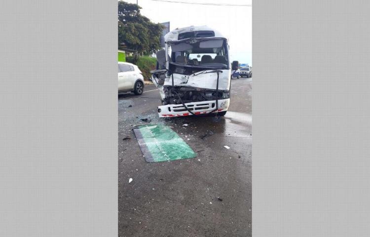 Chiva con pasajeros colisiona un camión de reparto en Capira