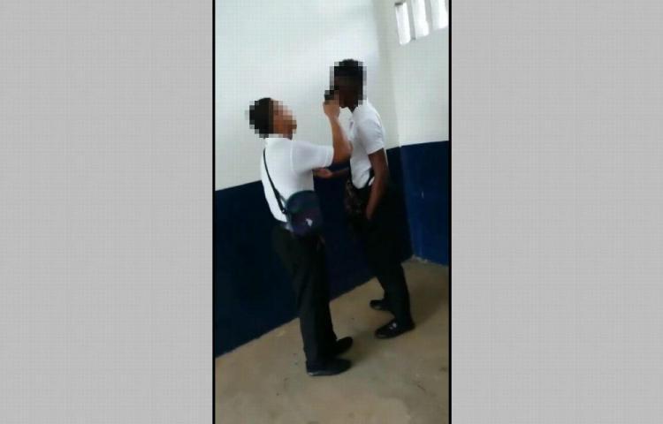 Investiga amenaza de un estudiante a otro con una pistola
