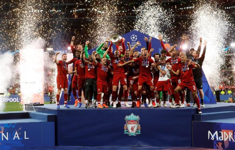 Liverpool se gana 'La orejona' desde el minuto uno con goles de Salah y Origi