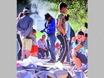 Dos migrantes mueren esperando asilo en EE.UU.