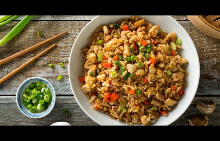 Lleve a la mesa arroz frito con pollo