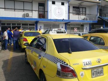 Conductores de taxi protestan en la ATTT, quieren sus cupos