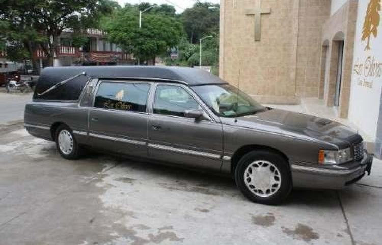 Compro un auto fúnebre con ataúd incluido por que fue retado por amigos