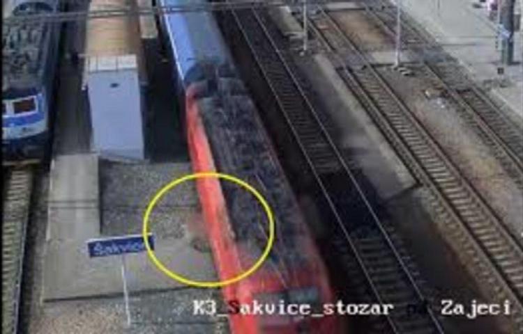Un tren casi mata a dos mujeres por ocurrentes