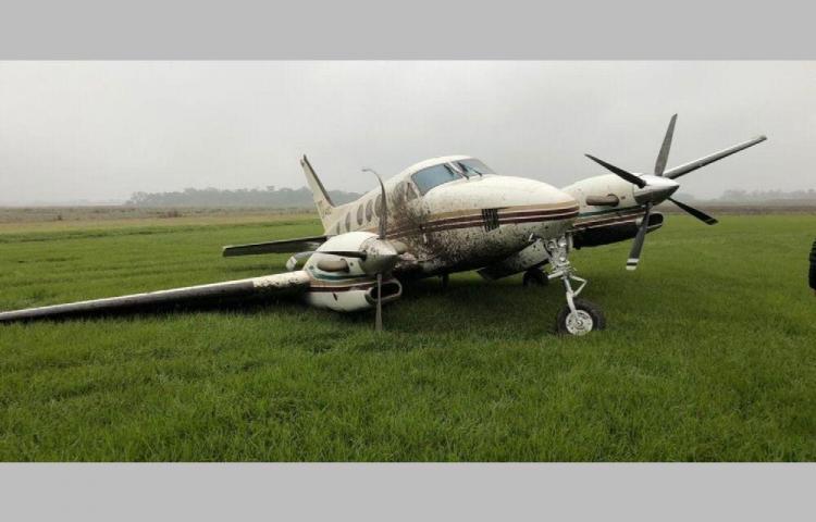 Piloto quería evitar atropellar un perro y perdió una rueda de la avioneta