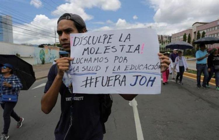 Docentes y médicos siguen con las protestas en honduras