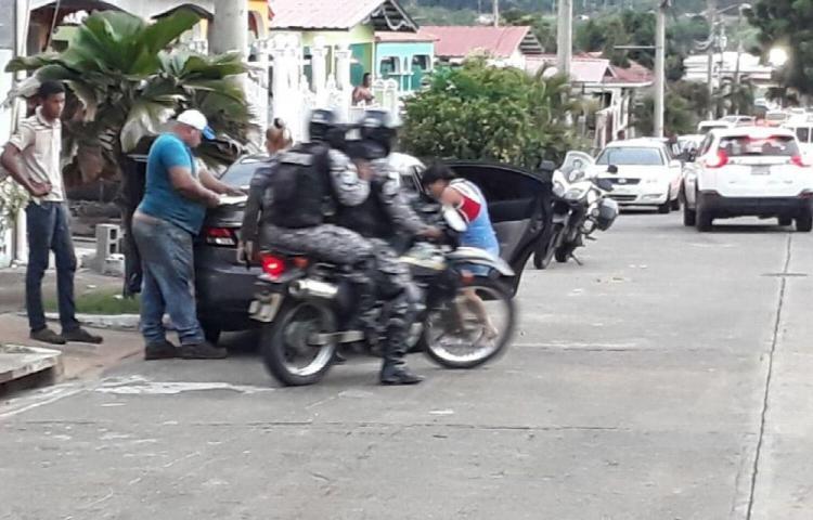 Conductora arrastra a policía y huye en el Oeste
