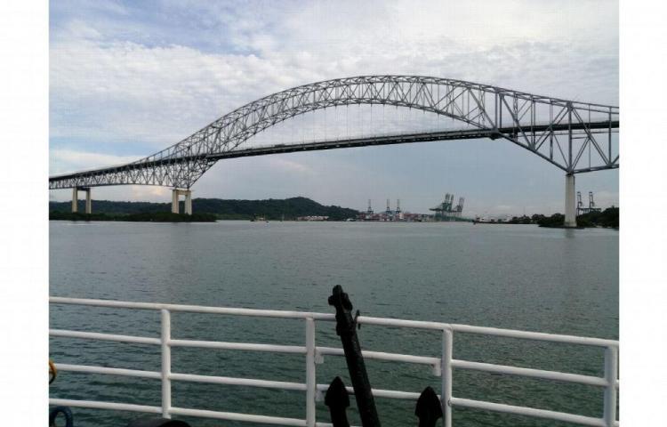 Un beso por debajo del Puente de las Américas