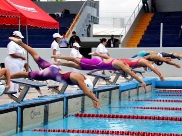 Nadadores realizan prueba evaluativa de velocidad en la piscina Eileen Coparropa
